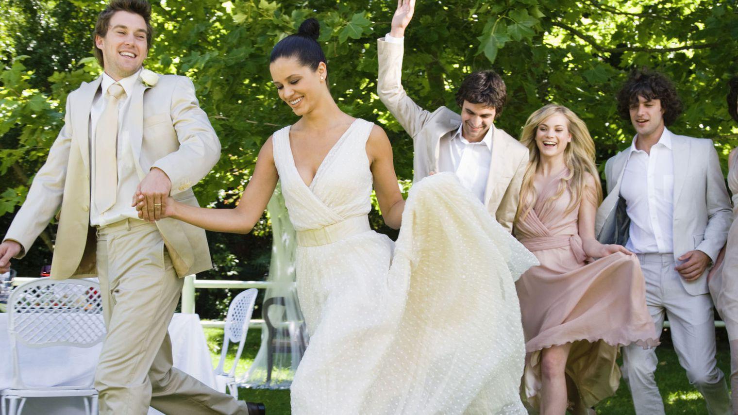 Un couple de jeune mariés avec leurs amis