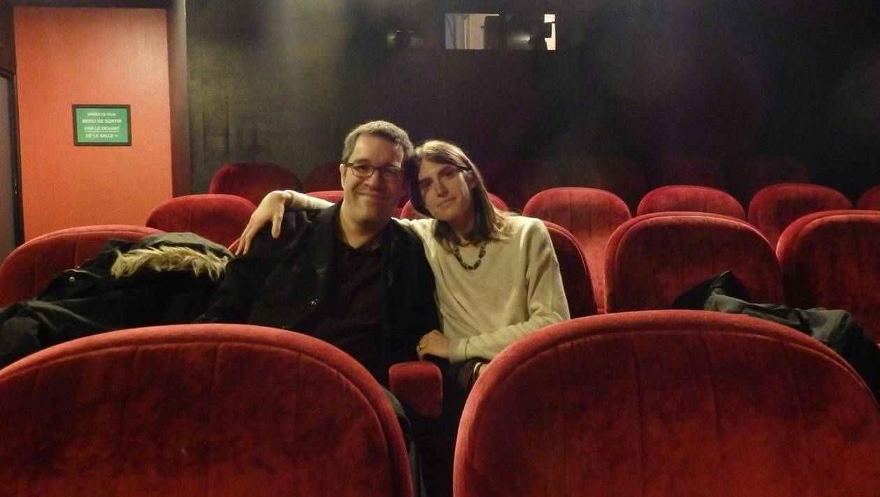 Deux amoureux dans une salle de cinéma