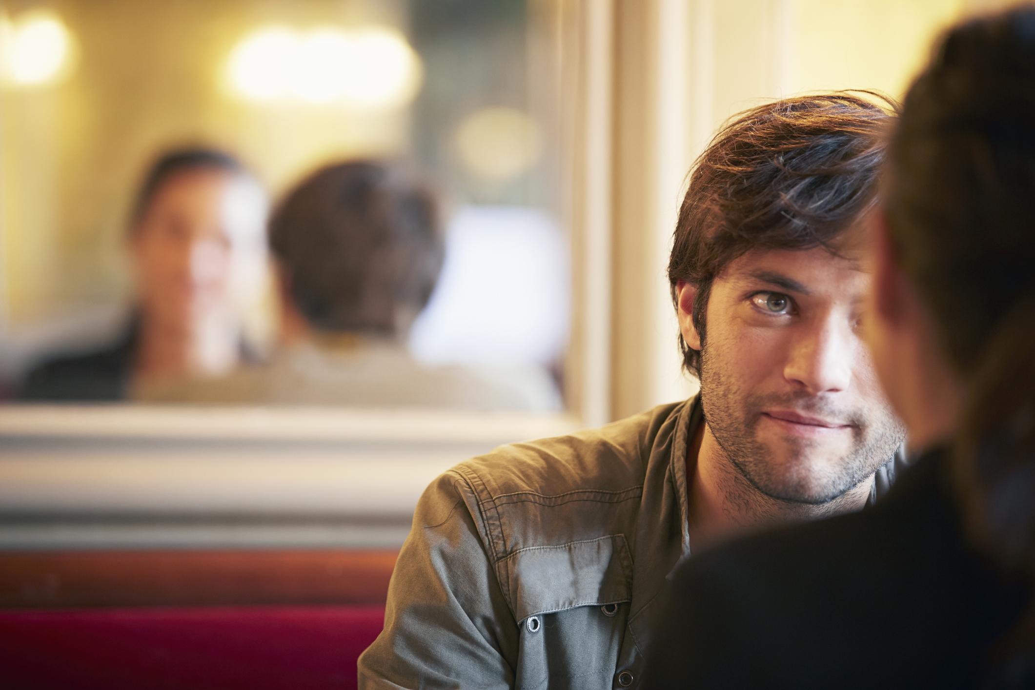 Discussion entre deux amoureux dans un café