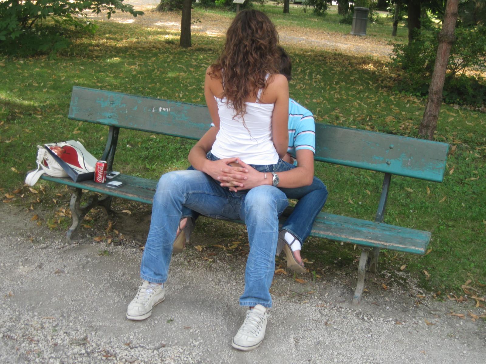 Deux amoureux sur un banc public